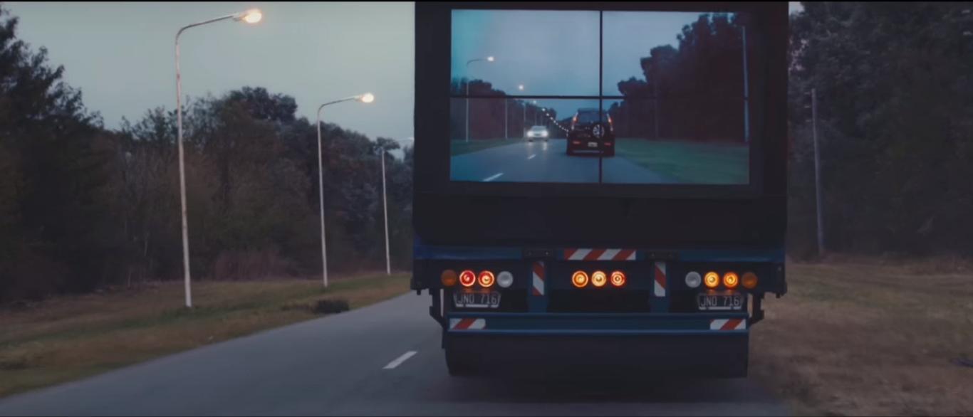 TV Samsung na traseira de caminhões
